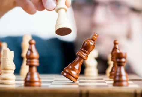 Foto schaakbord met schaakstukken
