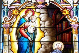 Deatil glas-in-loodraam met Maria die de rozenkrans schenkt aan Dominicus