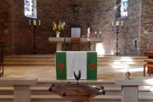 Foto priesterkoor in Dominicuskerk met doopvont
