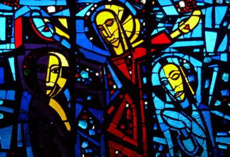 Gebrandschilderd raam met voorstelling kruisiging